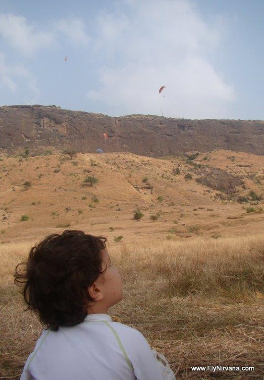 3 year old Taalin watching the gliders at Shelar